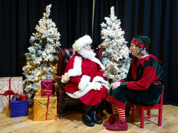 Bên trong trường học đào tạo ông già Noel duy nhất ở Anh, nơi mỗi bộ đồ trị giá hơn 30 triệu và bắt buộc phải học thuộc tên từng con tuần lộc - Ảnh 6.