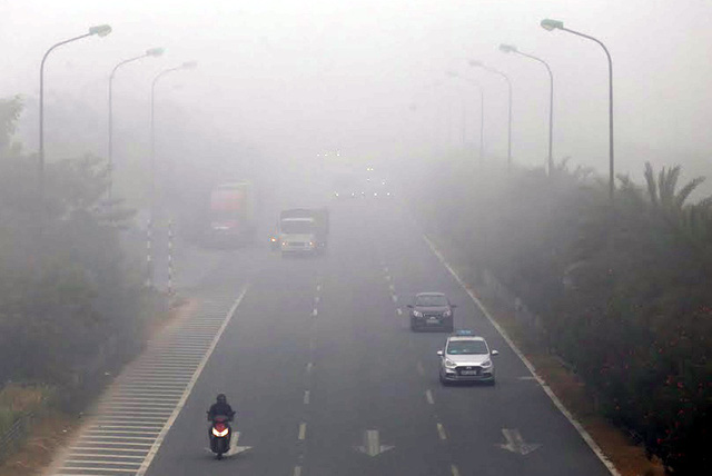 Hà Nội: Sương mù bao phủ dày đặc, các tòa nhà cao tầng bất ngờ biến mất - Ảnh 9.