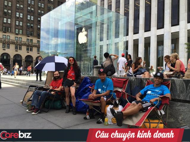 Nghịch lý lựa chọn và tâm lý 'thấy sang bắt quàng làm họ': 2 'tử huyệt' được Apple sử dụng để khiến chúng ta sẵn sàng xếp hàng, trả giá cao hơn để mua iPhone mới - Ảnh 1.