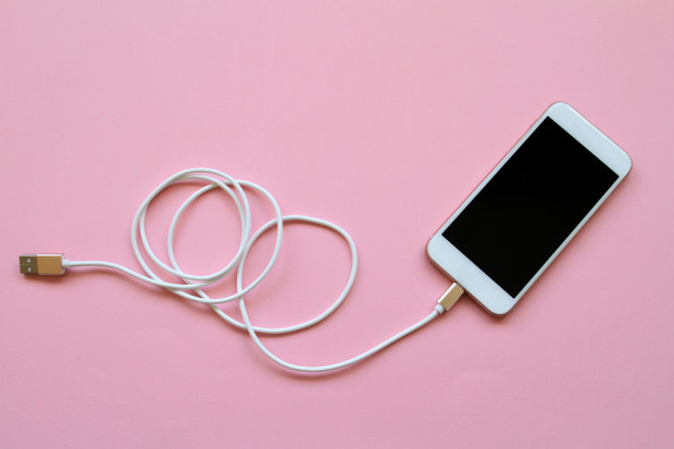 Báo Anh khuyến cáo du khách không nên sử dụng sạc điện thoại trong khách sạn, hiểm hoạ khó lường không thể làm ngơ - Ảnh 3.
