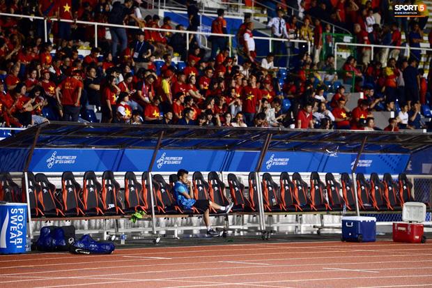 Quang Hải buồn bã, hướng ánh mắt tiếc nuối về phía các đồng đội sau khi bất đắc dĩ rời sân vì chấn thương - Ảnh 4.