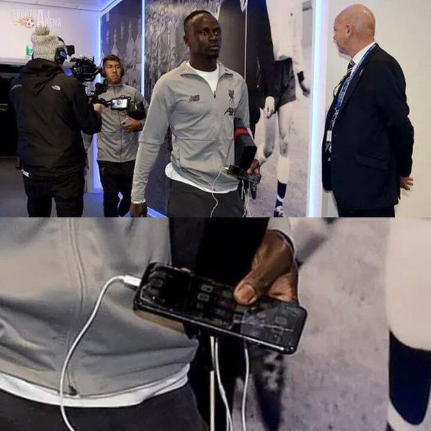 Nhận lương 19,5 tỷ mỗi tháng nhưng vì sao Sadio Mané vẫn sử dụng iPhone vỡ màn hình, dùng tai nghe có dây rẻ tiền thay vì AirPods? - Ảnh 1.