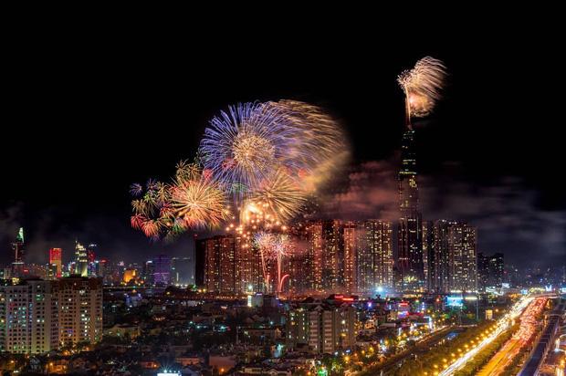 Ghim ngay 6 địa điểm ngắm pháo hoa đẹp nhất Sài Gòn dịp Tết Dương lịch 2020, lập hội đi countdown đón năm mới liền thôi! - Ảnh 1.