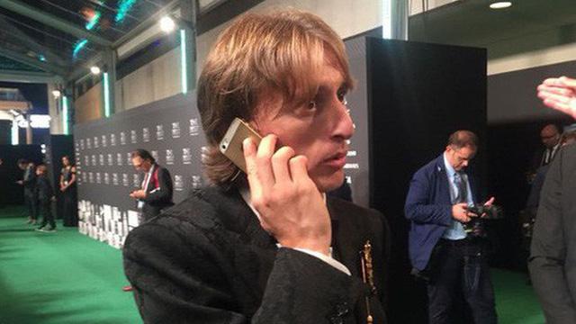 Nhận lương 19,5 tỷ mỗi tháng nhưng vì sao Sadio Mané vẫn sử dụng iPhone vỡ màn hình, dùng tai nghe có dây rẻ tiền thay vì AirPods? - Ảnh 4.