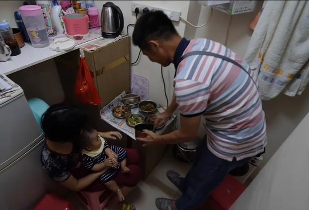 Bên trong những căn nhà chuồng cọp tại Hong Kong: Cả một thế giới kỳ lạ, từ nghèo tột cùng đến trung lưu ăn trắng mặc trơn tại cùng một tòa nhà - Ảnh 8.