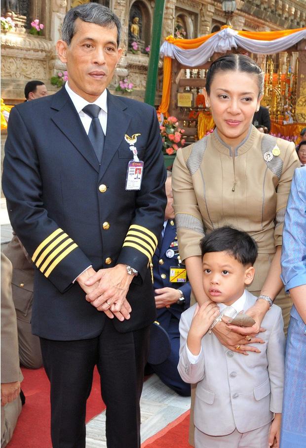 Hoàng tử Thái Lan: Là con trai duy nhất của vua nhưng chưa chắc đã được kế vị, phải rời xa vòng tay mẹ từ khi còn nhỏ - Ảnh 2.