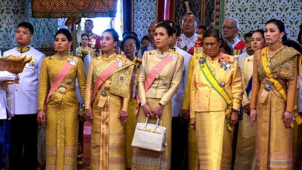 Hoàng tử Thái Lan: Là con trai duy nhất của vua nhưng chưa chắc đã được kế vị, phải rời xa vòng tay mẹ từ khi còn nhỏ - Ảnh 12.