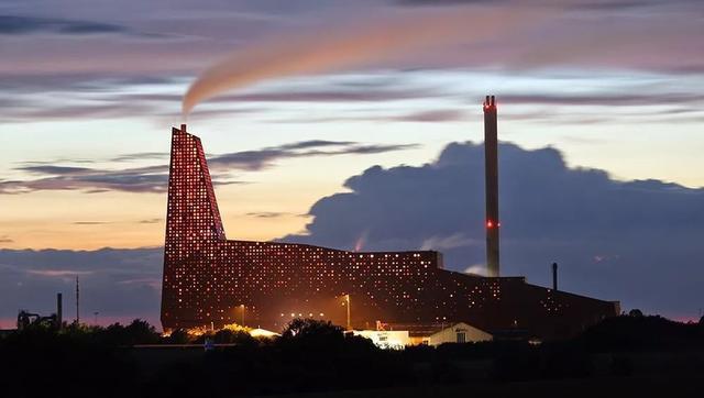 Nhà máy đốt rác ở Đan Mạch xịn tới mức cho dân địa phương trèo lên nóc để trượt tuyết, leo núi, vui chơi - Ảnh 11.