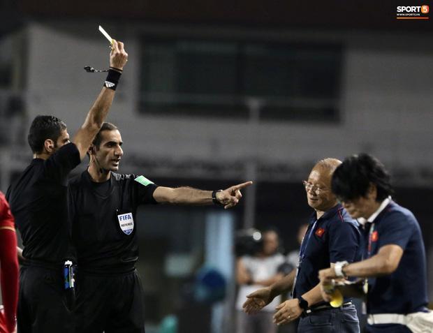 Trọng Hoàng bị phạm lỗi thô bạo, cầu thủ Campuchia vẫn lao vào trọng tài như muốn ăn tươi nuốt sống - Ảnh 11.