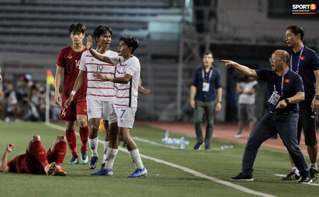 Trọng Hoàng bị phạm lỗi thô bạo, cầu thủ Campuchia vẫn lao vào trọng tài như muốn ăn tươi nuốt sống - Ảnh 3.