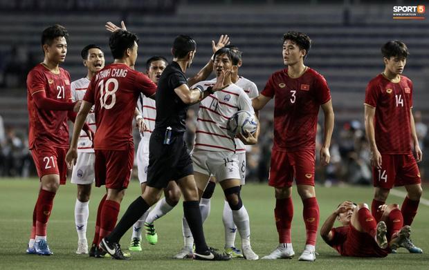 Trọng Hoàng bị phạm lỗi thô bạo, cầu thủ Campuchia vẫn lao vào trọng tài như muốn ăn tươi nuốt sống - Ảnh 4.