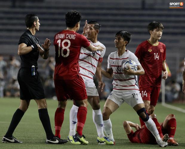 Trọng Hoàng bị phạm lỗi thô bạo, cầu thủ Campuchia vẫn lao vào trọng tài như muốn ăn tươi nuốt sống - Ảnh 5.