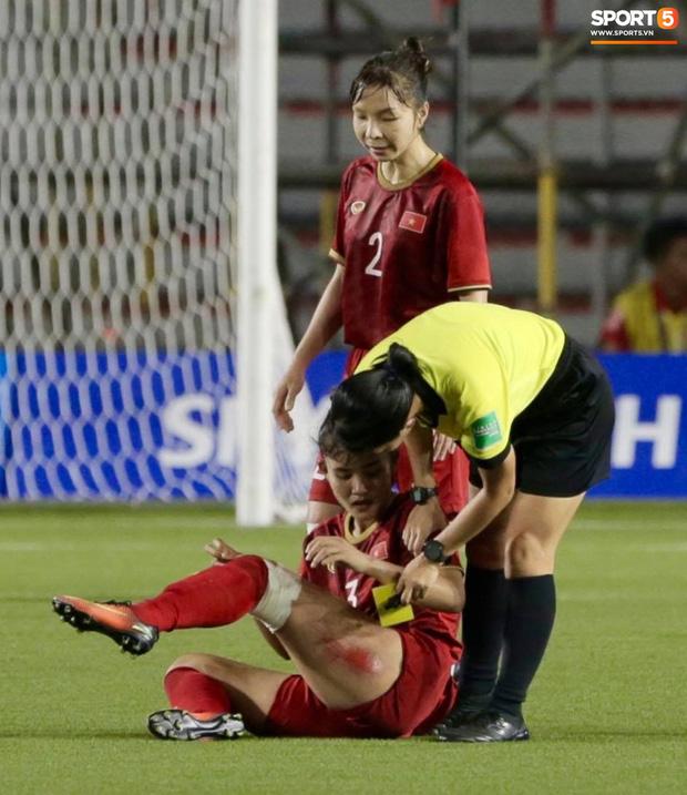 Fan xót xa hình ảnh tuyển thủ nữ Việt Nam rách đùi, băng gối vẫn lăn xả tranh bóng: Dù sao đấy cũng là một cô gái thôi mà - Ảnh 4.