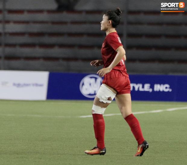 Fan xót xa hình ảnh tuyển thủ nữ Việt Nam rách đùi, băng gối vẫn lăn xả tranh bóng: Dù sao đấy cũng là một cô gái thôi mà - Ảnh 9.