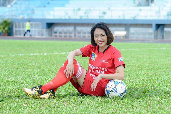 Quyết liệt trên sân cỏ, ai ngờ 3 gương mặt khả ái của đội tuyển bóng đá nữ Việt Nam lại có những hình ảnh ngoài đời mềm mại như thế này - Ảnh 13.