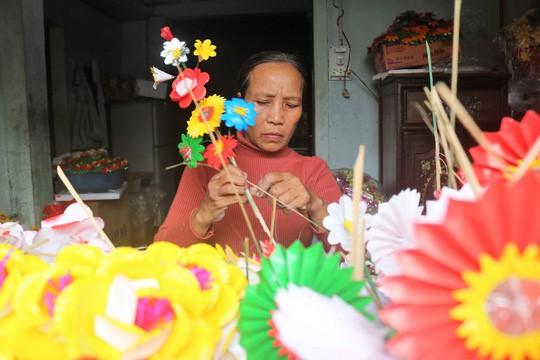 Độc đáo ngôi làng 300 năm làm hoa giấy ở Huế - Ảnh 1.