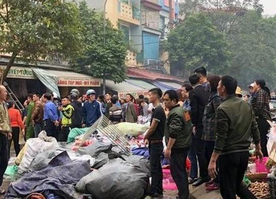 Cháy cửa hàng giày dép sát chợ Vườn Hoa ngày 27 Tết, tiểu thương hú vía - Ảnh 2.