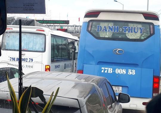 Trạm thu phí BOT Ninh Lộc trên Quốc lộ 1 tê liệt vì tài xế dừng xe - Ảnh 2.