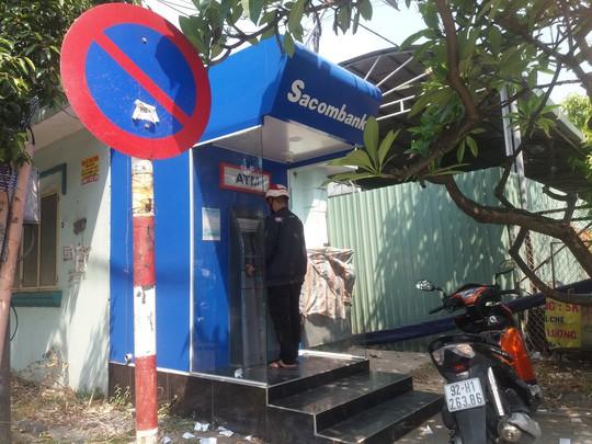 Chật vật rút tiền từ máy ATM ngày cận Tết - Ảnh 3.