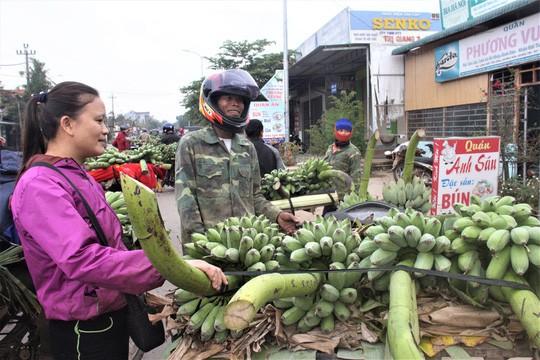 Nhộn nhịp chợ chuối vùng biên lớn nhất Quảng Trị - Ảnh 6.