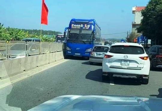 Tài xế xe khách chạy ngược chiều trên quốc lộ 1A bị phạt 1 triệu đồng  - Ảnh 1.
