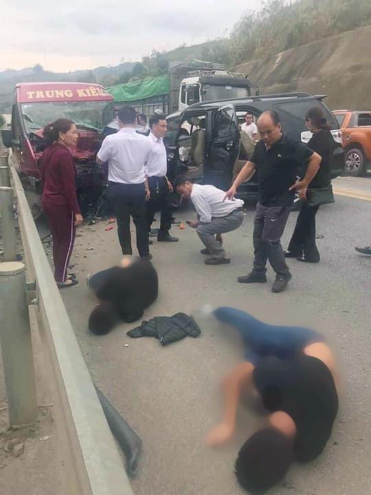 2 ô tô tông nhau kinh hoàng trên cao tốc Nội Bài-Lào Cai, 9 người bị thương  - Ảnh 1.