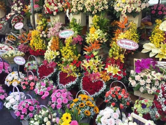 Chợ hoa Hồ Thị Kỷ đông nghẹt người trước ngày Valentine - Ảnh 15.