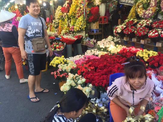 Chợ hoa Hồ Thị Kỷ đông nghẹt người trước ngày Valentine - Ảnh 3.