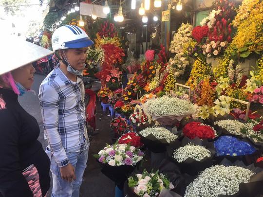 Chợ hoa Hồ Thị Kỷ đông nghẹt người trước ngày Valentine - Ảnh 4.
