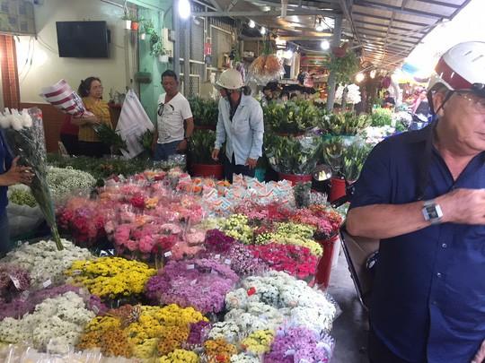 Chợ hoa Hồ Thị Kỷ đông nghẹt người trước ngày Valentine - Ảnh 5.
