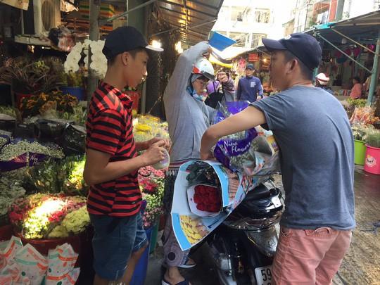 Chợ hoa Hồ Thị Kỷ đông nghẹt người trước ngày Valentine - Ảnh 7.