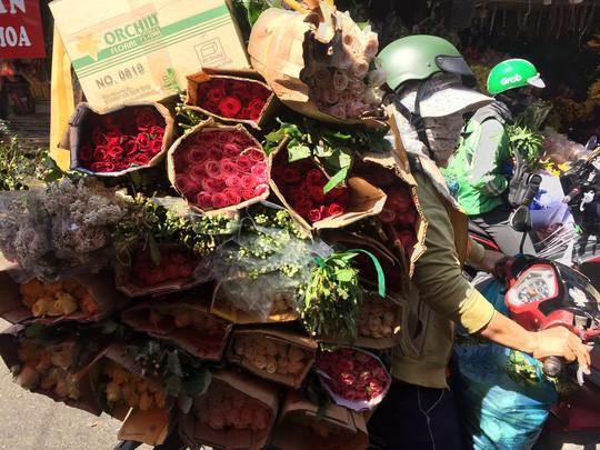 Chợ hoa Hồ Thị Kỷ đông nghẹt người trước ngày Valentine - Ảnh 10.