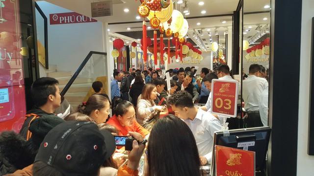 Không khí tấp nập mua vàng Thần tài ở Hà Nội, Đà Nẵng, Tp. Hồ Chí Minh - Ảnh 5.