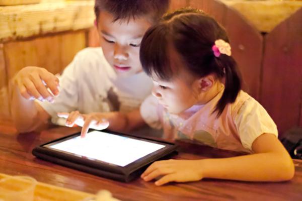 Dùng điện thoại trông trẻ để rảnh tay hơn, cha mẹ đang từng bước hủy hoại sức khỏe và cả tương lai của con cái - Ảnh 2.