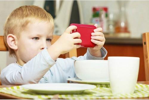 Dùng điện thoại trông trẻ để rảnh tay hơn, cha mẹ đang từng bước hủy hoại sức khỏe và cả tương lai của con cái - Ảnh 3.