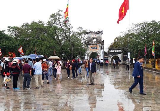 Biển người đội mưa dâng hương đền trước lễ khai ấn đền Trần - Ảnh 1.