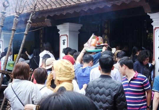 Biển người đội mưa dâng hương đền trước lễ khai ấn đền Trần - Ảnh 3.