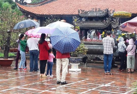 Biển người đội mưa dâng hương đền trước lễ khai ấn đền Trần - Ảnh 10.