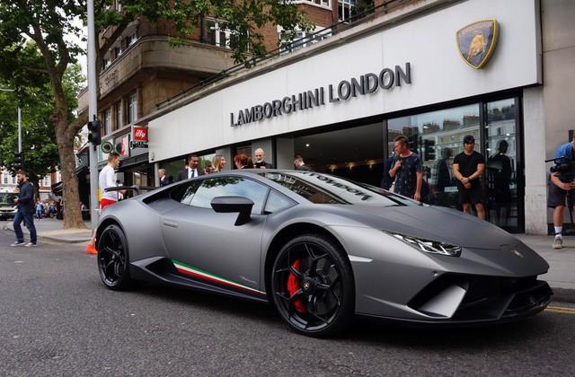 Lời trần tình của nhân viên bán Lamborghini: Đừng đuổi một cậu bé 19 tuổi ra khỏi showroom - Ảnh 2.