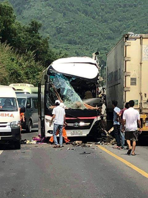 Ô tô chở du khách Hàn Quốc đối đầu xe container trước cửa hầm Hải Vân, nhiều người nhập viện - Ảnh 2.