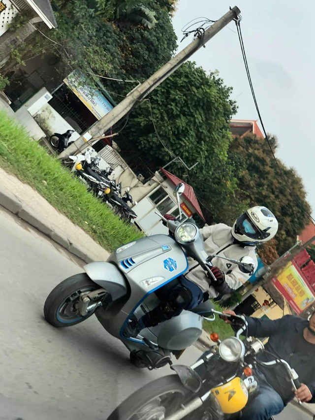 Vespa Elettrica bất ngờ có mặt tại Hà Nội - xe máy điện có giá giật mình thách thức VinFast Klara - Ảnh 1.