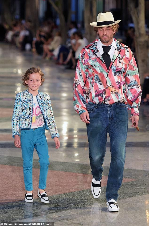 Cuộc sống phủ đầy hàng hiệu, chỉ toàn gặp người nổi tiếng của Hoàng tử nhí làng thời trang, con trai cưng của huyền thoại Chanel Karl Lagerfeld - Ảnh 2.