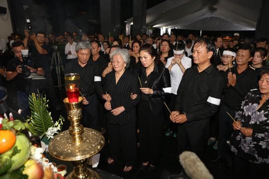 Hàng ngàn người tiễn đưa Phó Chủ tịch UBND TP Nguyễn Thị Thu về nơi an nghỉ cuối cùng  - Ảnh 2.