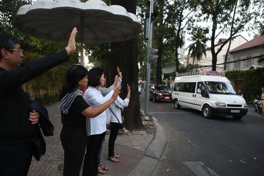 Hàng ngàn người tiễn đưa Phó Chủ tịch UBND TP Nguyễn Thị Thu về nơi an nghỉ cuối cùng  - Ảnh 6.