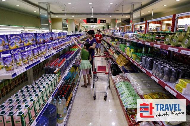 Có gì trong siêu thị đầu tiên ở thủ đô Bình Nhưỡng của Triều Tiên? - Ảnh 3.