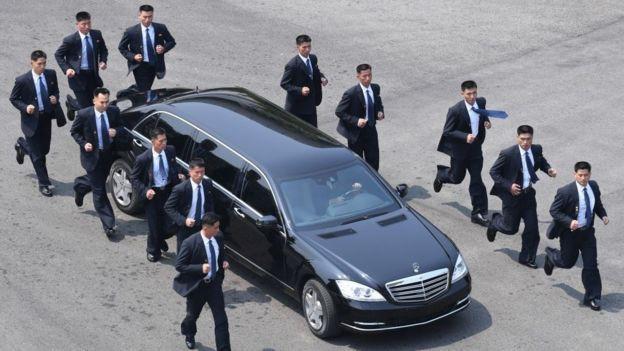 Đội vệ sĩ chạy theo xe chủ tịch Kim Jong-un: Gia thế khủng, lá chắn sống của người đứng đầu Triều Tiên - Ảnh 2.