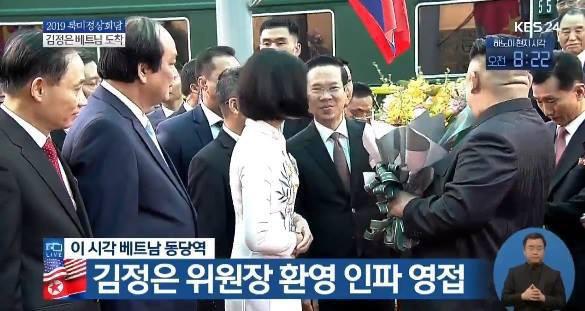 Nữ sinh gây sốt MXH chia sẻ về khoảnh khắc tặng hoa chủ tịch Kim Jong-un - Ảnh 2.