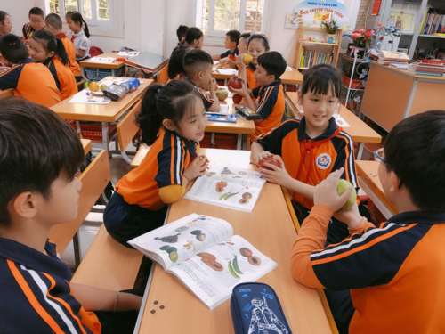 Chỉ trả lời một câu đơn giản thế này với ông Kim Jong Un, bé gái 9 tuổi khiến nhiều người tò mò muốn biết danh tính - Ảnh 2.