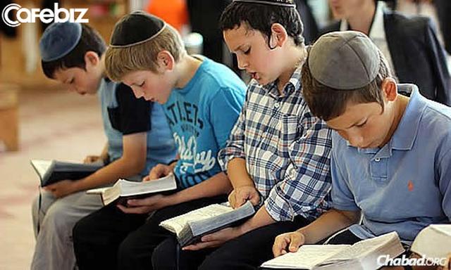 Cố vấn cao cấp FPT: Trong khi người Do Thái tự hào vì trong nhà có tủ sách, thì có lẽ, người Việt Nam lại tự hào vì trong nhà có tủ rượu! - Ảnh 1.