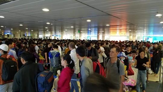 Gần 90 chuyến bay trễ giờ mỗi ngày tại Tân Sơn Nhất cao điểm Tết  - Ảnh 1.